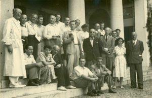 Symposium su Fattori genetici ed ecologici della speciazione, Istituto Italiano di Idrobiologia, Pallanza, agosto 1948 Seduti, da sinistra a destra: L. Silvestri, H. Spurway, J. B. S. Haldane, E. Hadorn, L. Trevisan; in piedi: E. Baldi, A. Dreyfus, T. G. Dobzhansky, H. Burla, F. G. Brieger, V. Tonolli, A. Buzzati-Traverso, J. M. Heuts, F. Mainx, E. Gridelli, C. Jucci, N. Visconti di Modrone, B. Rensch, non identificato, M. Benazzi, U. D'Ancona. (Archivio Cnr--Ise, Verbania Pallanza)