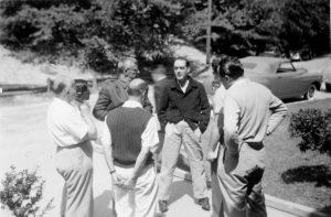 Cold Spring Harbor Symposium on Quantitative Biology, Origin and Evolution of Man, 9-17 giugno 1950 Da sinistra a destra, in senso orario: L. H. Snyder; L. Sanghvi; M. F. A. Montagu; A. B. DaCunha; A. Buzzati-Traverso; C. Stern (per gentile concessione: Cold Spring Harbor Laboratory Archives, New York, Long Island)