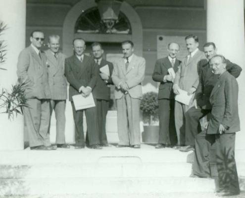 """Symposium sulla microevoluzione, Istituto Italiano di Idrobiologia """"Marco De Marchi"""", Pallanza, 10-12 aprile 1943. Da sinistra a destra: A. C. Blanc; A. Puppo; C. Barigozzi; R. Ciferri; L. Trevisan; C. Jucci; A. Buzzati-Traverso; P. Redaelli; E. Baldi. (Archivio Cnr-Ise, Verbania-Pallanza)"""