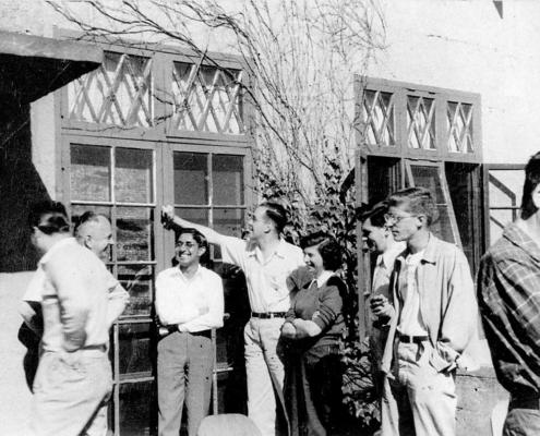 Cold Spring Harbor Symposium on Quantitative Biology, Origin and Evolution of Man, 9-17 giugno 1950 Da sinistra a destra: A. Buzzati-Traverso; T. G. Dobzhansky; L. Sanghvi; E. E. Hunt; ? ;B.Wallace; ?; E. Mayr (per gentile concessione: Cold Spring Harbor Laboratory Archives, New York, Long Island)